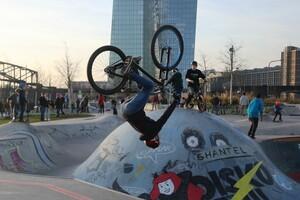 Im Skatepark Frankfurt am Main üben Kinder und Jugendliche ihre Tricks auf BMX-Rädern, Skateboards oder Inlinern. Foto: picture-alliance