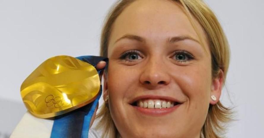 Magdalena Neuner mit Goldmedaille, die Fair-Play-Plakette erhält sie nach ihrer Rückkehr aus Kanada. Copyright: picture-alliance