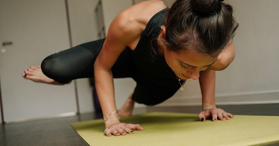 Für Hockey-Spielerin Selin Oruz ist Yoga ein wichtiger Teil ihres Trainings. Foto: Max Galys/DOSB