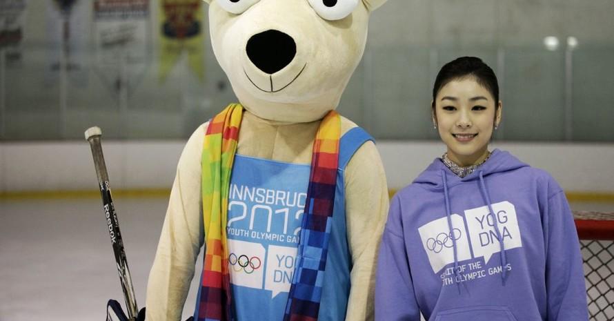 Yuna Kim freut sich über die Begleitung von Yoggl, dem Innsbrucker Maskottchen der Jugendspiele: Foto: Innsbruck2012