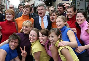 DOSB-Präsident Dr. Thomas Bach mit Jugendlichen beim dsj-Jugendevent in Weimar. Copyright: picture-alliance/dpa