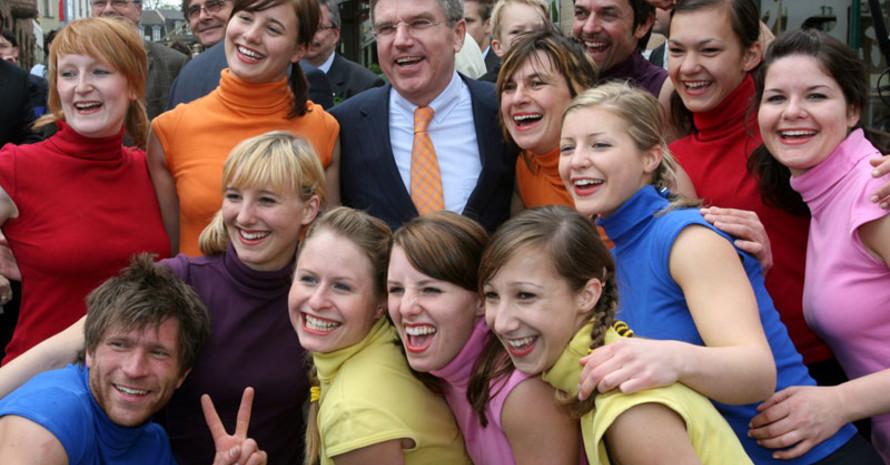 DOSB-Präsident Thomas Bach mit Jugendlichen beim dsj-Jugendevent in Weimar.