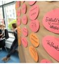 Ein Seminarraum ist zu sehen. Im Vordergrund steht eine Pinnwand, an der Moderationskarten mit Begriffen wie Eigenerfahrung und Teilhabe hängen.