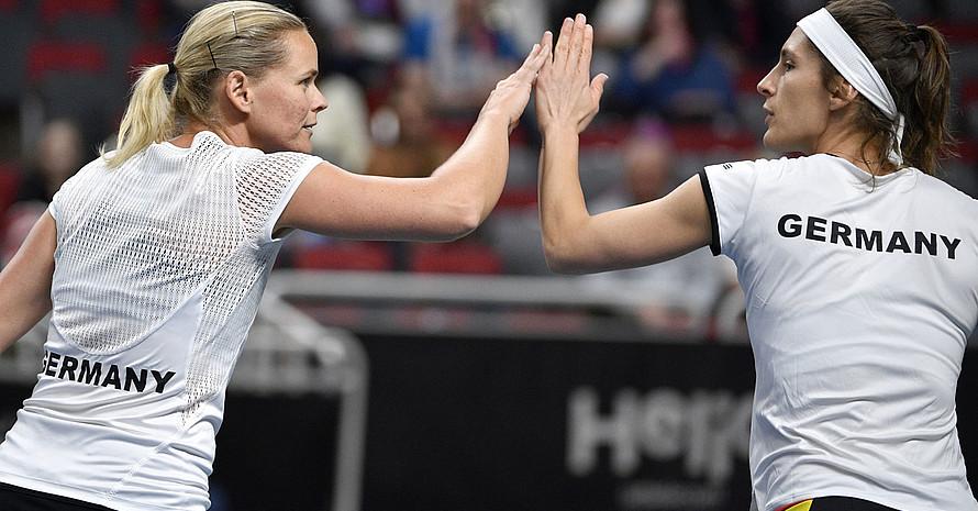 Anna-Lena Groenefeld (l.) und  Andrea Petkovic 2019 beim Doppel gegen Lettland. Foto: pictrue-alliance