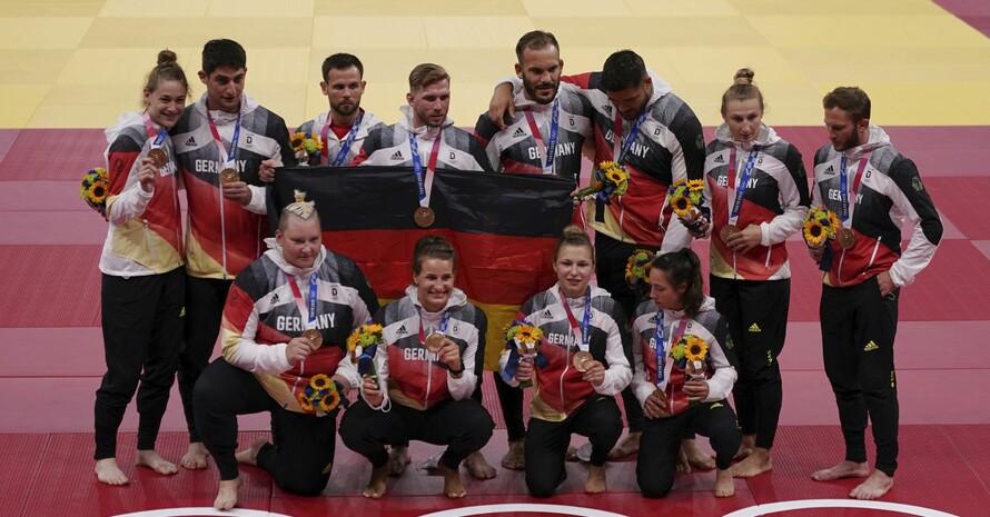 Die deutsche Judo-Mannschaft feiert ihre Bronzemedaille im Mixed-Team. Foto: picture-alliance