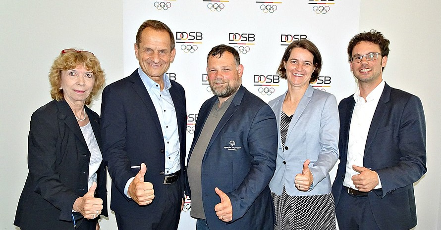 Daumen hoch für die Bewerbung von Special Olympics Deutschland (SOD) um die Special Olympics Weltspiele 2023 (v.l.): Gudrun Doll-Tepper, Alfons Hörmann, Mark Solomeyer, Veronika Rücker und Sven Albrecht; Foto: DOSB