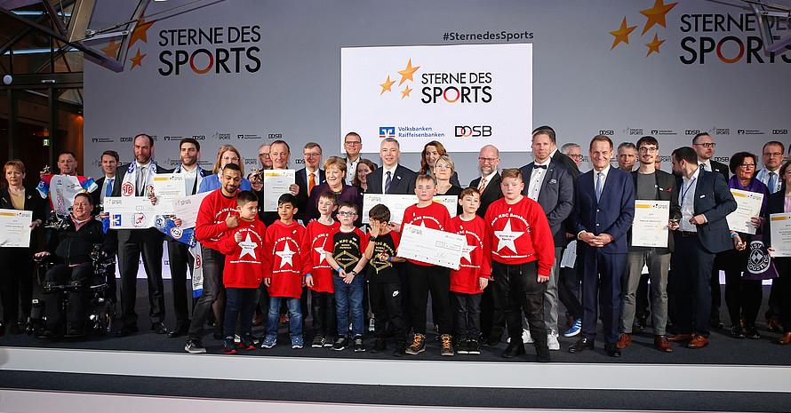 Alle Preisträger: Bundeskanzlerin Angela Merkel hat in Berlin die 17 Vereine geehrt, die den Großen Stern des Sports gewonnen haben. Foto: BVR/DOSB/picture-alliance