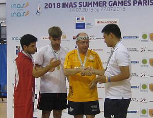 Die Konkurrenten gratulieren Hartmut Freund (im gelben Trikot) zum Gewinn der Bronzemedaille. Foto: privat