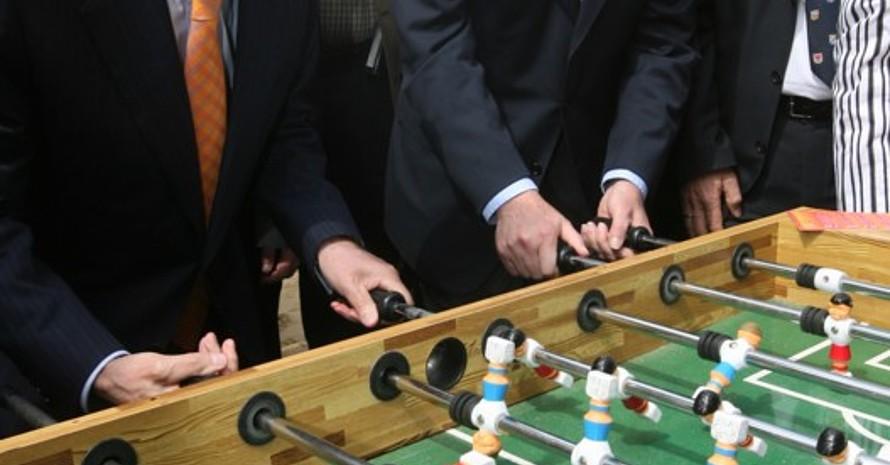 DOSB-Präsident Dr. Thomas Bach und Bundespräsident Horst Köhler kicken Seite an Seite. Copyright: dpa/Martin Schutt