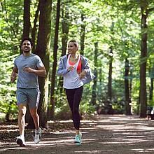 Regelmäßiges Laufen – vor allem in der Gruppe – aktiviert unser Hormonsystem, so dass Glücksgefühle ausgeschüttet werden und Depressionen vorbeugen. Foto: picture-alliance