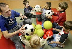 Im Mittelpunkt der Arbeit von Zivildienstleistenden im Sport steht die Betreuung von Kindern und Jugendlichen. Copyright: picture-alliance