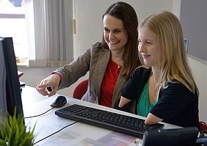 Sport-Inklusionsmanagerin Vera Thamm bei der Arbeit mit ihrer Kollegin in der DJK; Foto: DOSB