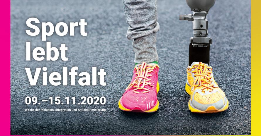 Ein paar Füße in einem pinken und einem gelben Turnschuh. In einem der Schuhe steckt eine Prothese.