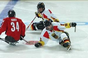 Eine faszinierende Disziplin bei den Paralympics ist Sledge-Hockey, die Eishockey-Variante der Sportler mit Behinderungen. Copyrigtht: picture-alliance