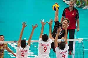 Iranische Spieler versuchen den deutschen Angreifer Sebastian Schwarz beim Spiel um den Einzug ins Halbfinale bei der Volleyball-WM in Polen zu blocken. Foto: picture-alliance
