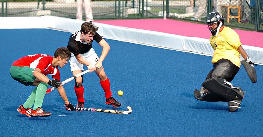 Trotz eines 4:2 Erfolges gegen Mexiko schied die deutsche Hockey-Mannschaft in der Vorrunde aus. Hier umspielt Simon Wenzel seine Gegner.