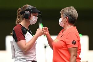 Doreen Vennekamp (l.) mit Bundestrainerin Pistole Barbara Georgi bei den Olympischen Spielen Tokio 2020. Foto: picture-alliance