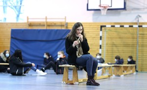 Eine Schülerin führt in der Sporthalle eines Gymnasiums einen Corona-Test mit einem Nasenabstrich bei sich selber durch. Foto: picture-alliance