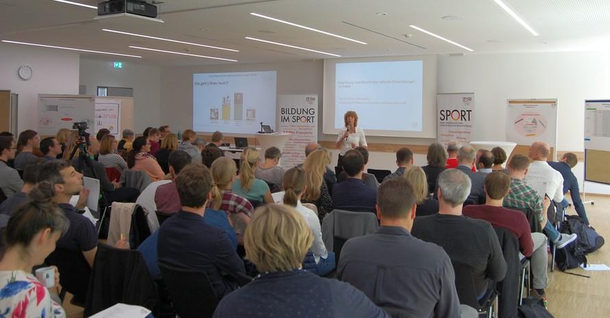 Prof. Gudrun Doll-Tepper hält beim Fachforum Bildung in Frankfurt die Begrüßungsrede. Foto: DOSB
