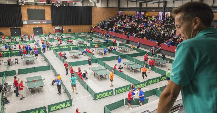 Nationaler Koordinator Tischtennis und SOD-Vizepräsident Thomas Gindra schaut auf das rege Treiben bei den Tischtennis-Wettbewerben. Foto: SOD/Florian Conrads