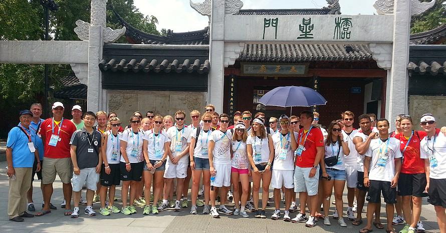 Bildung und Kultur bei den Olympischen Jugendspielen: Mitglieder der Deutschen Jugend-Olympiamannschaft besuchten unter Führung von China-Expertin Britta Heidemann den Konfuzius-Tempel in Nanjing.