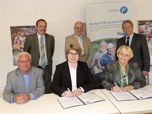 Gaby Schnell, Bärbel Dittrich, Jürgen Jentsch (hinten v. r.), Michael Heise, Helmut Freund und Martin Wonik (vorne v.r.) bei der Vertragsunterzeichnung. Foto: LSB NRW