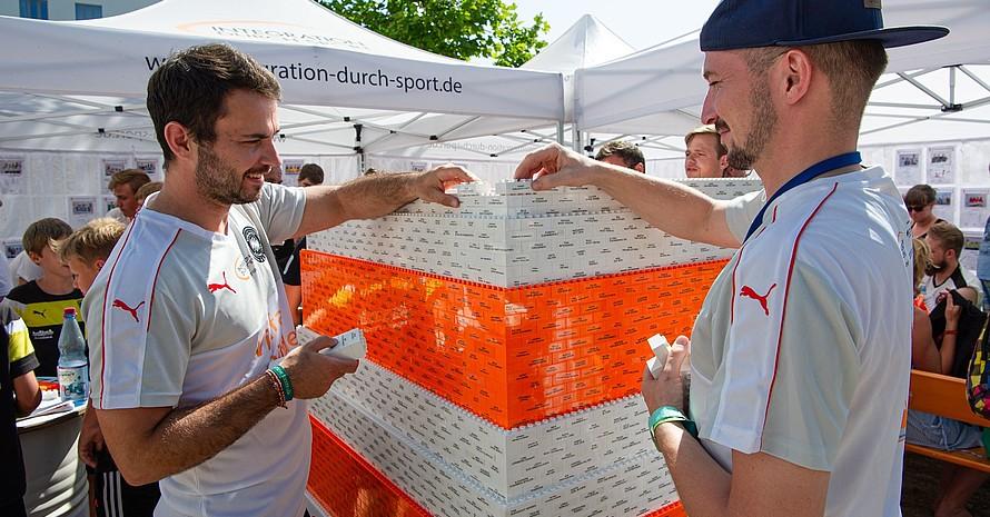 Aus vielen Legosteinen entsteht der Fairplay Leuchtturm mit Fairplay-Botschaften