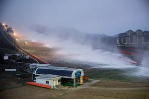 Schneekanonen beschneien in Alpensia in der Region Pyeongchang in Südkorea das Skigebiet. Die Olympischen Winterspiele werden vom 9.- 25. Februar 2018 in der Bergregion Pyeongchang und an der Küste in Gangneung ausgetragen. Foto: picture-alliance