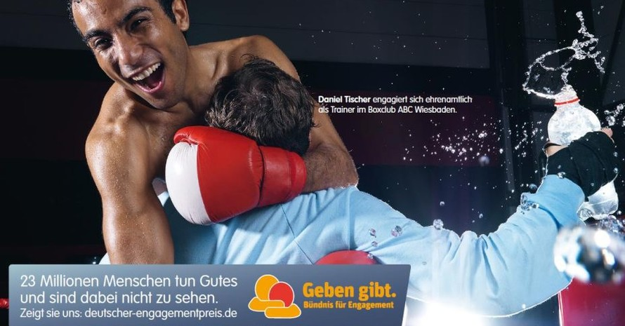 Eines der Kampagnenmotive thematisiert den Sport, wo sich 7,5 Mio. Menschen freiwillig engagieren.