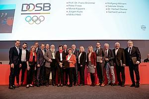 Gruppenbild aller Ehrennadel-Träger mit ihren Laudatoren; Foto: DOSB / Jan Haas