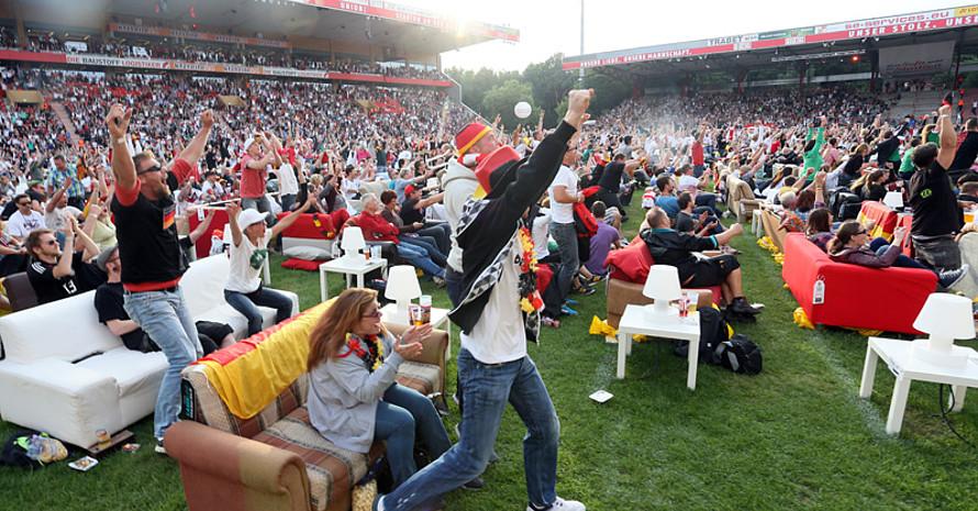 """Im Stadion """"Alte Försterei"""" des FC Union in Berlin konnten Fans sogar ihr Sofa mitbringen. Foto: picture-alliance"""
