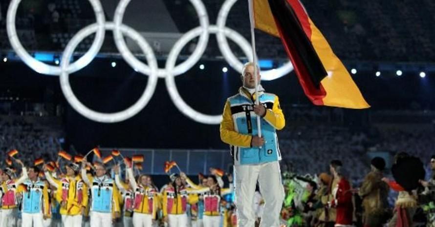 André Lange führte als Fahnenträger das deutsche Olympia-Team bei der Eröffnungsfeier zu den Winterspielen in Vancouver an. Copyright: picture-alliance