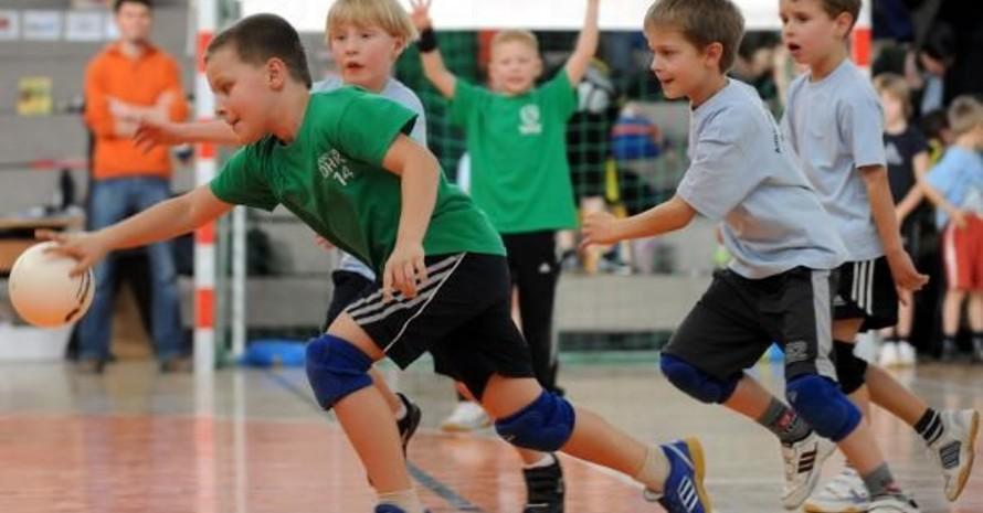 Schüler spielen Handball. Foto: picture-alliance