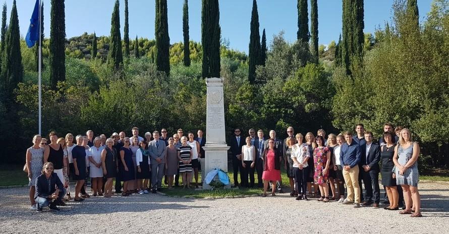 Gruppenbild bei der Abschlussveranstaltung an der Stele von Pierre de Coubertin in Olympia. Foto: DOA