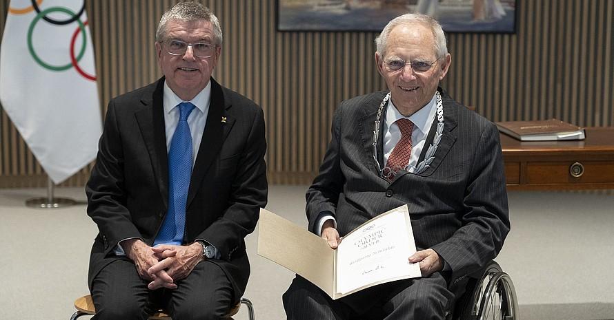 IOC-Präsident Thomas Bach (li.) zeichnete Wolfgang Schäuble für sein Engagement für den Sport mit dem Olympischen Orden aus. Foto: IOC/Greg Martin