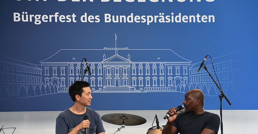 Podcaster Frank Joung (li.) im Interview mit Alhassane Baldé. Axel Langenbach