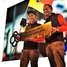 Leitfigur für Team D: DOSB-Präsident Alfons Hörmann übergibt Fahnenträger Eric Frenzel symbolisch den Schlüssel fürs Deutsche Haus in PyeongChang (Foto: DOSB)