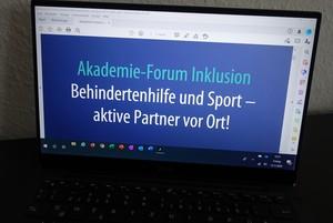 Ein Laptop. Auf dem Bildschirm steht Akademie-Forum Inklusion. Behindertenhilfe und Sport - aktive Partner vor Ort!