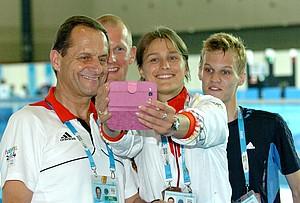 DOSB-Präsident Alfons Hörmann beim #YOGSelfie mit Physiotherapeut Maik Schwarzbach, Olympiasiegerin Britta Heidemann und dem fünftplatzierten Degenfechter Samuel Unterhauser (v.li.).