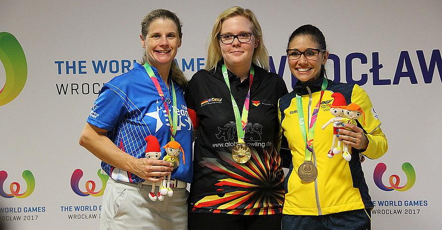 Der Bowlerin Laura Beuthner (mitte) wird die Goldmedaille wieder aberkannt. Foto: Gisela Göbel