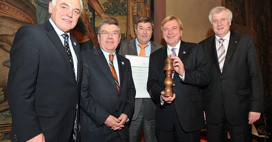 Volker Bouffier (2.v.re.) erhält den Preis Pro Ehrenamt 2010 (v.li.): Walter Schneeloch, DOSB-Präsident Thomas Bach, Rolf Müller, Präsident des LSB Hessen, Volker Bouffier, Horst Seehofer; Foto: Bowinkelmann