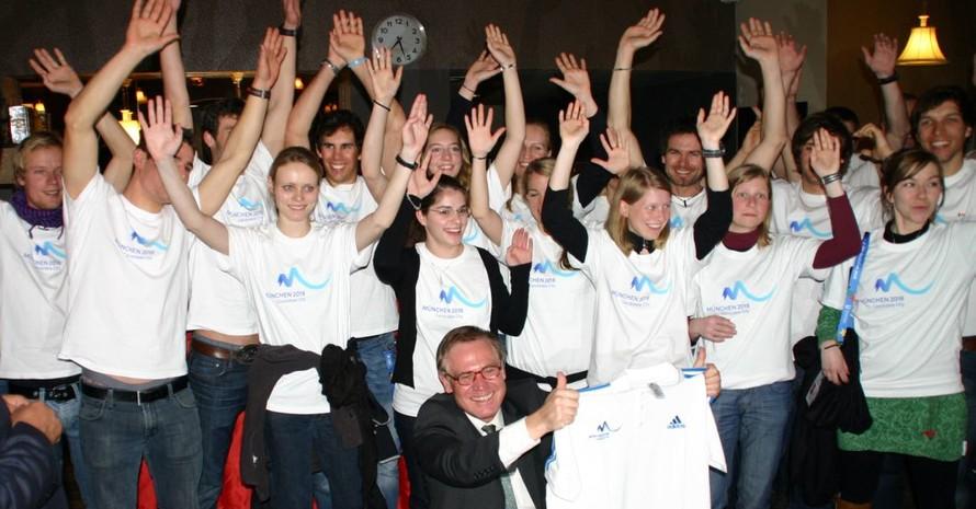 Die deutsche Delegation und der deutsche Botschafter in der Türkei (unten Mitte) präsentieren München2018 T-Shirts. Foto: adh
