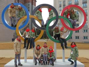 Eine Gruppe des Deutschen Olympischen Jugendlagers beim Besuch im Olympischen Dorf. Foto: DOA
