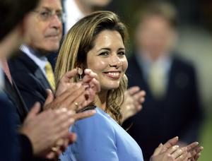 Die Präsidentin des internationalen Reitsportverbandes (FEI), Prinzessin Haya Bint Al Hussein, ist eine herausragende Repräsentantin des Sports ihres Landes. Hier applaudiert sie bei den Weltreiterspielen 2006 in Aachen. Copyright picture-alliance.