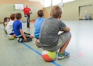 Der bewegungsarme Alltag von Schülerinnen und Schülern soll nach dem Willen des Sportlehrerverbandes bald vorbei sein. Foto: picture-alliance