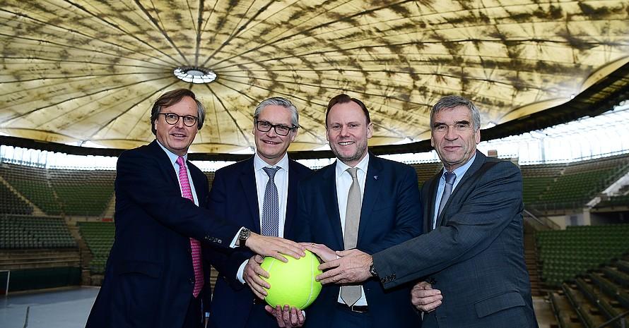 Mit vereinten Kräften für die Modernisierung des Rothenbaum-Stadions (v.re.): Ulrich Klaus, Andy Grote, Alexander Otto, Carsten Lütten. Foto: Witters