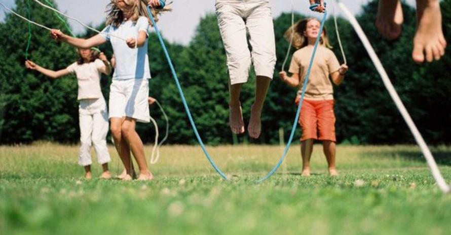 Seilspringen macht unter freiem Himmel nochmal so viel Spaß. Foto: Picture-alliance