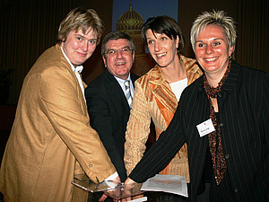 DOSB-Präsident Thomas Bach mit den Olympasiegerinnen Ilke Wyludda, Jana Thieme und Silke Renk-Lange (v.l.). Foto: Frank Löper