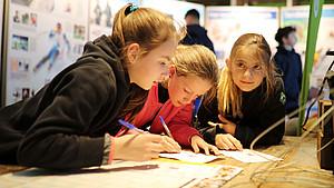 Beim Olympia-Quiz am DOA-Stand lernten die Teilnehmenden viel Neues über die Olympischen Winterspiele. Foto: Deutsche Schulsportstiftung/sampics