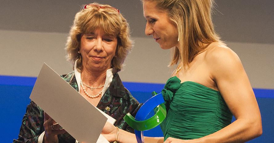 DOSB-Vizepräsidentin Gudrun Doll-Tepper (l.) überreicht den Preis an Katrin Green. Foto. BMI/Rickel